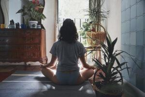 ¿Cómo frenar la ansiedad? Trucos para meditar en casa