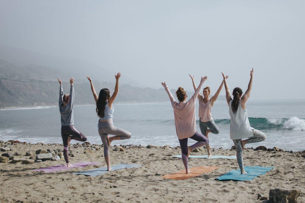 Día Mundial del Bienestar haciendo yoga