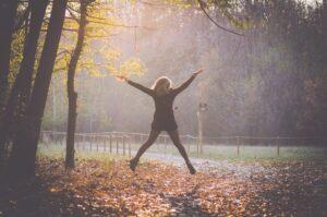 Una chica haciendo Jumping Jacks