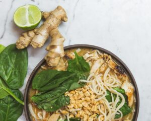Un plato asiático preparado con jengibre
