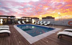 La piscina del hotel Holiday Inn Bernabeu es muy espaciosa y tiene tumbonas.