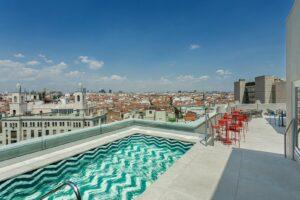 Vistas desde la terraza y piscina del hotel Room Mate Macarena, situado en la Gran Vía madrileña