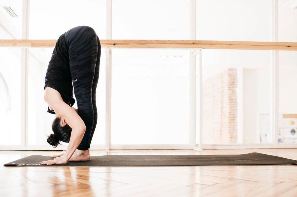 Imagen de cómo se hace la postura de yoga: uttanasana