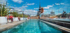 La piscina del Hotel Pestana, en el centro de Madrid