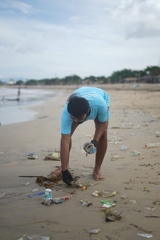 Paseos por la playa relajantes y ecológicos