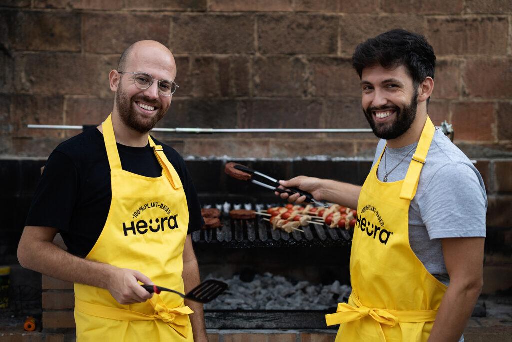 Marc Coloma y Bernat Añaños, creadores de Heura, haciendo una barbacoa con carne vegetal